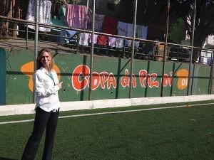 A diretora de Vendas Varejo da OI São Paulo, Juliana Teixeira, visitou projetos sociais e esteve no Campo do Palmeirinha, onde são realizados os jogos da Copa da Paz, apoiado pela OI.
