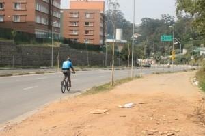 Ciclovia teria continuidade ao longo do parque linear e deveria ser interligada com o Parque Paraisópolis. (Fotos: Keli Gois)