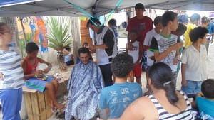Moradores puderam cortar o cabelo gratuitamente com a ação do projeto Agentes da Comunidade (Foto: Arquivo Pessoal/Claudiane)