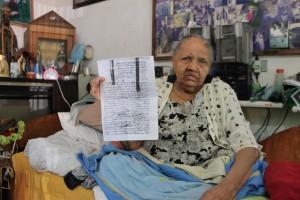 Maria José Clemente, 60, segura a cópia da Certidão de Nascimento (Foto: Francisca Rodrigues)