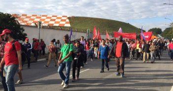 Manifestantes contrários às reformas da Previdência e trabalhista caminham pela Avenida Washington Luís em frente ao Aeroporto de Congonhas.